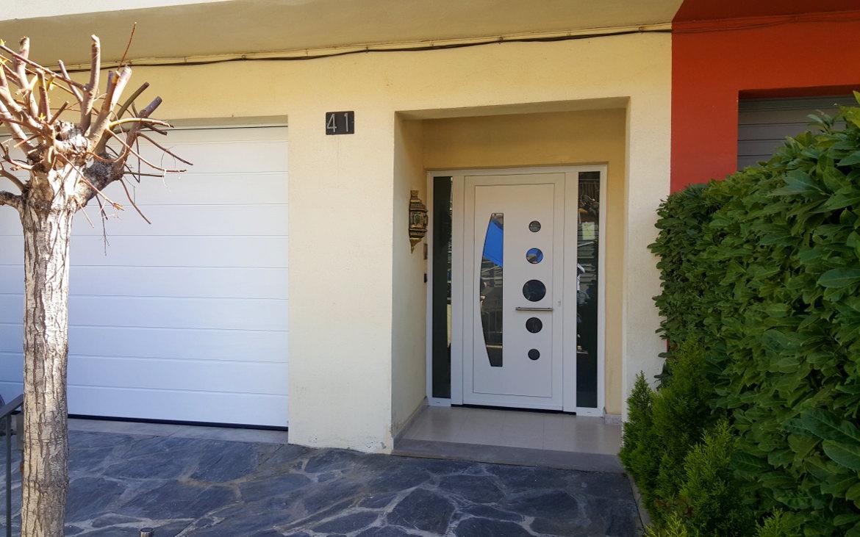 Porta alumini blanc amb vidre lateral